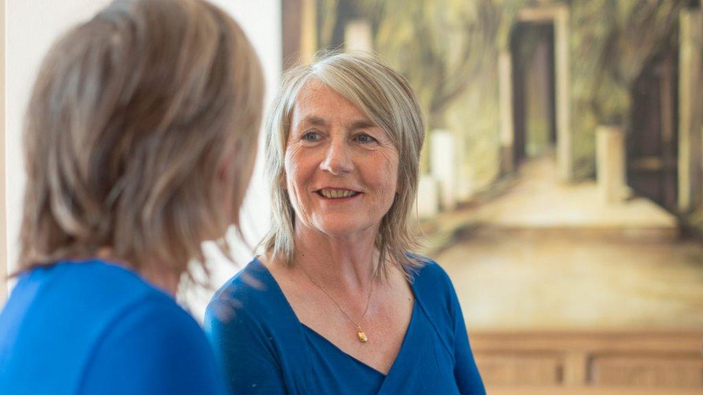 Liesbeth Woertman bekijkt haar 'spiegeluiterlijk'.