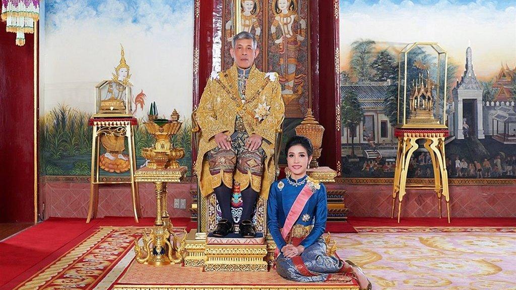 Een traditionele foto: Sineenat aan de voeten van koning Rama X.