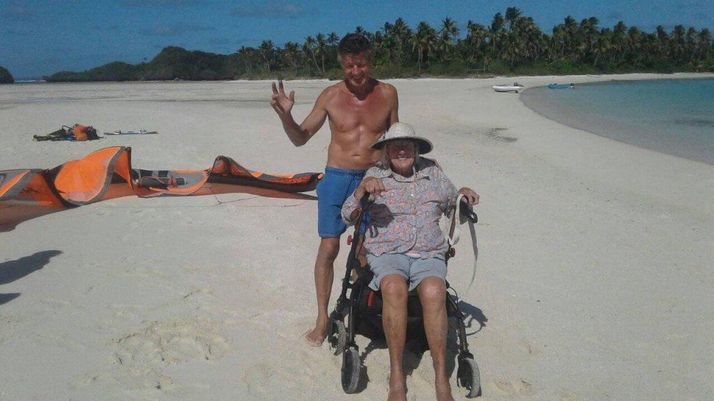 Huub met zijn moeder op het strand.