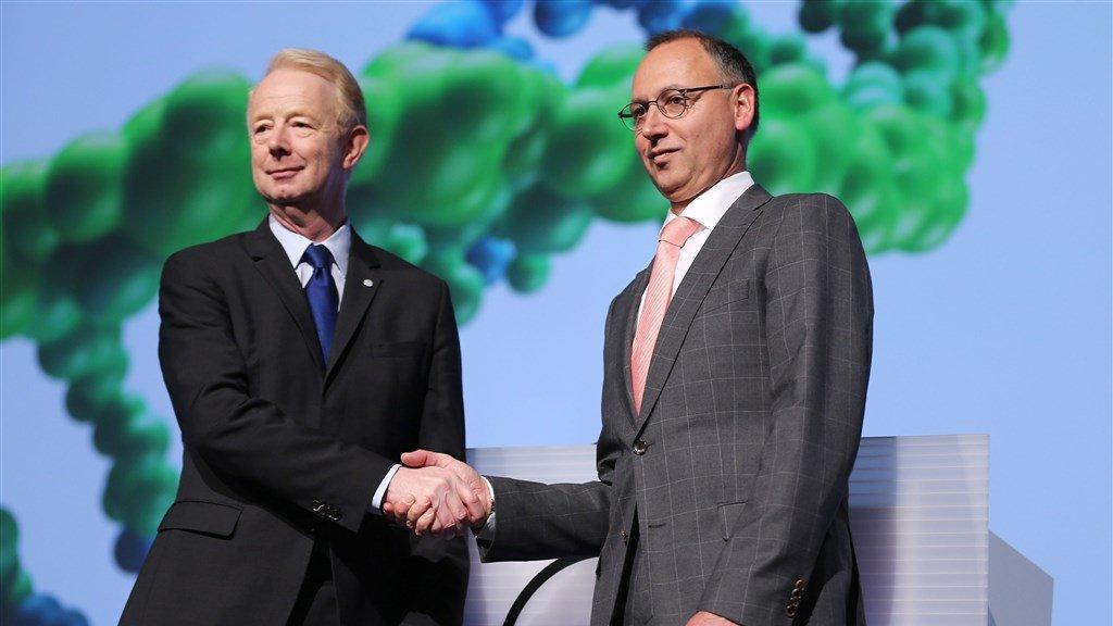 Wisseling van de wacht bij Bayer met Marijn Dekkers (l) die wordt opgevolgd door Werner Baumann (r).