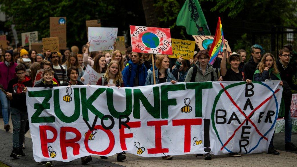 Milieuactivisten bij een aandeelhoudersvergadering van Bayer afgelopen april in Bonn.
