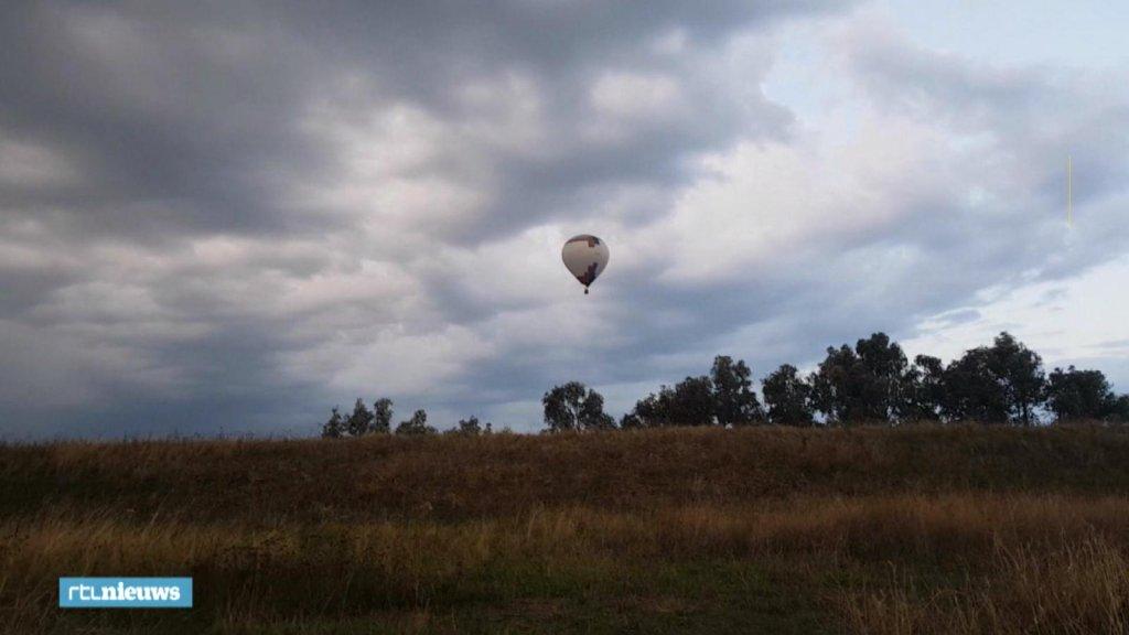 De luchtballon werd twee keer gegrepen door de harde wind.