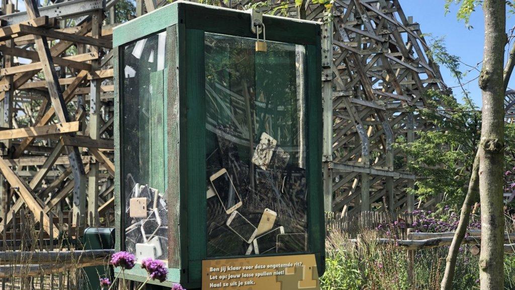 Verloren telefoons bij achtbaan Untamed in Walibi Holland