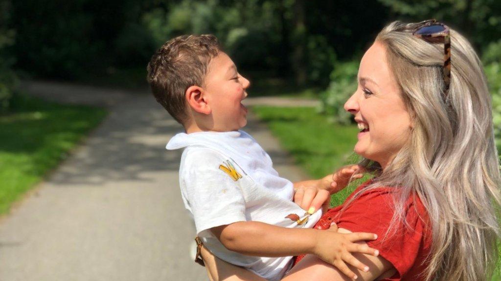 'Blij ei' Caiden en zijn moeder.