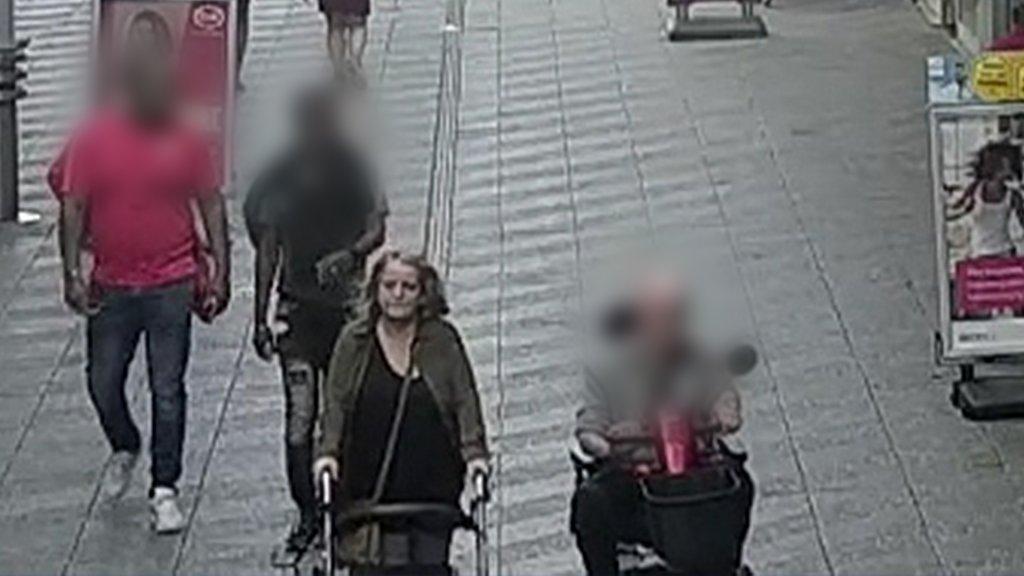 De vrouw met (rechts) het slachtoffer.