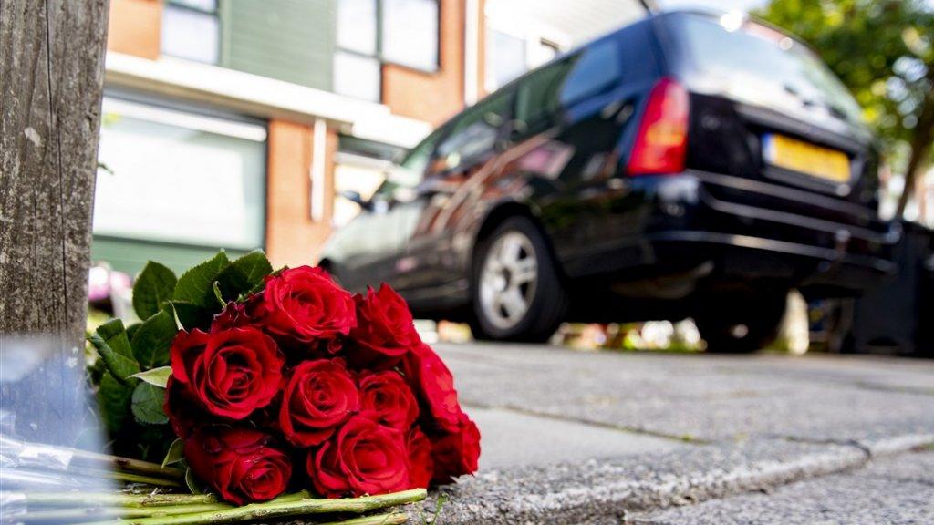 Bloemen op de plek van het gezinsdrama in Dordrecht.