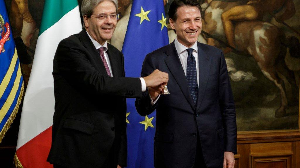 Premier Giuseppe Conte (r) met zijn voorganger Paolo Gentiloni