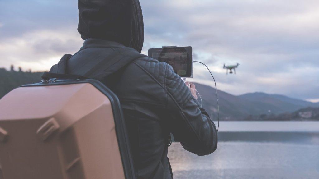 Een dronepiloot.