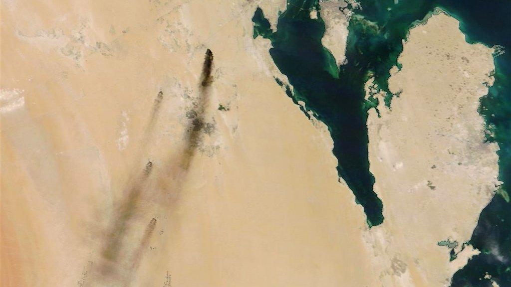 Satellietbeelden van de NASA laten de rook zien na de reeks aanvallen.