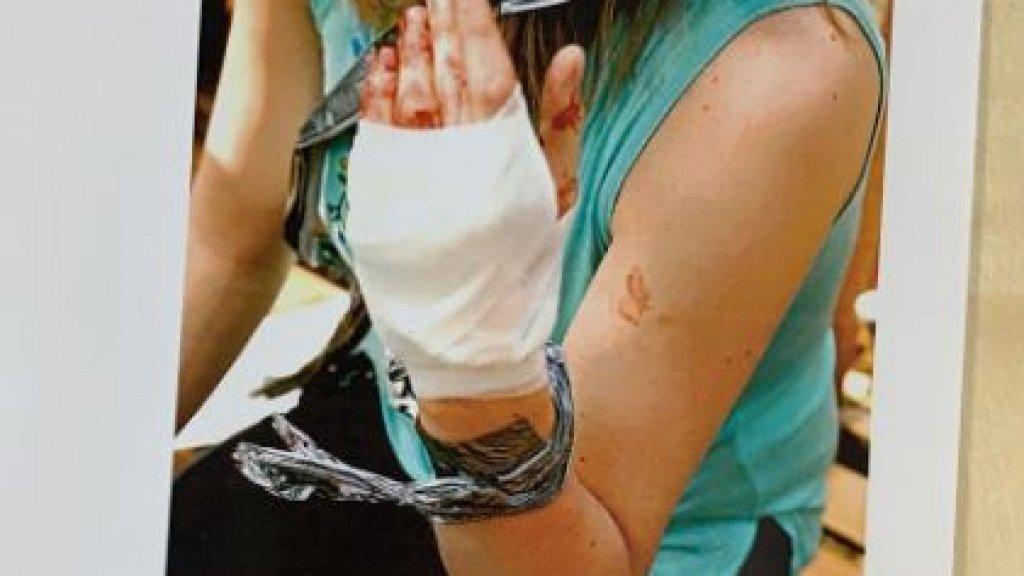 Carolijn werd vastgebonden en in haar hand gestoken.