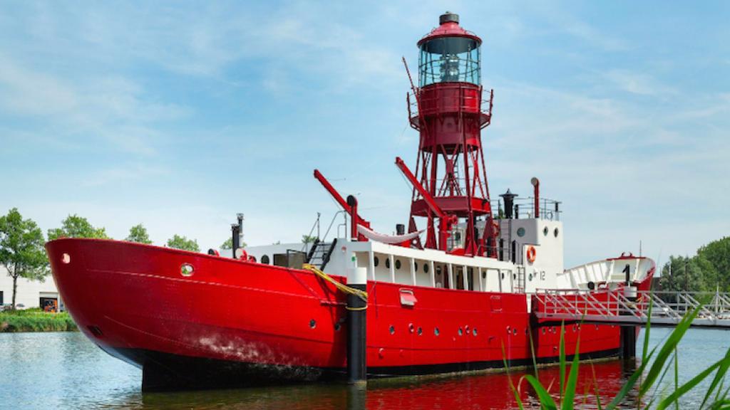 Te koop in Amsterdam: een knalrood lichtschip met vuurtoren.