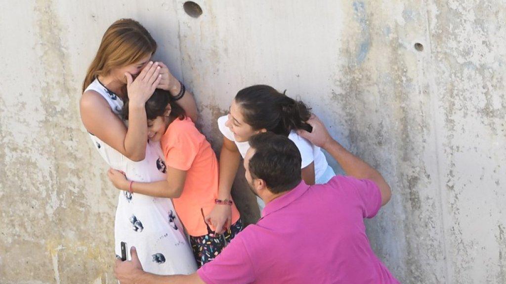 Familie valt elkaar opgelucht in de armen nadat de beving is afgelopen.