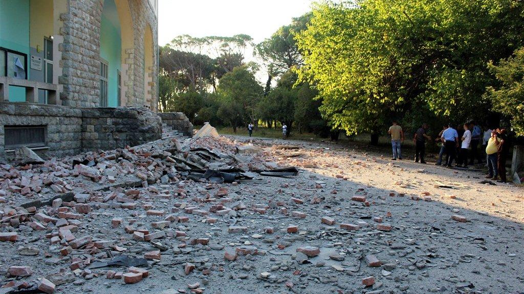 Overal ligt puin in de straten van Tirana