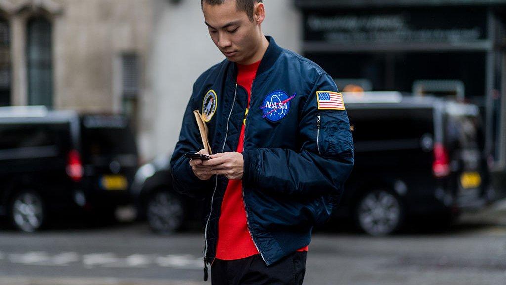 Een bomber-jacket met NASA-logo.