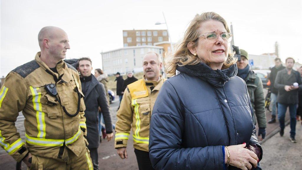 Burgemeester Krikke bezoekt de getroffen Boulevard van Scheveningen