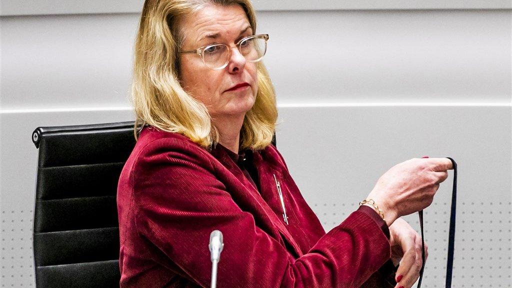Burgemeester Pauline Krikke staat raadsleden te woord over de vreugdevuren