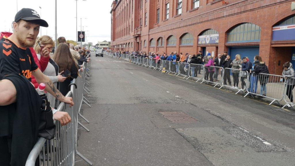 Fans wachten al vroeg bij de dranghekken voor een laatste groet aan Ricksen