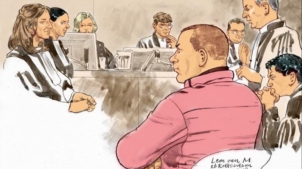 Leon van M. (roze kleding) in de rechtbank