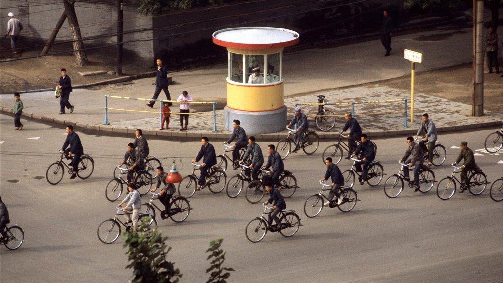 Op de fiets door de straten van Peking (1973).