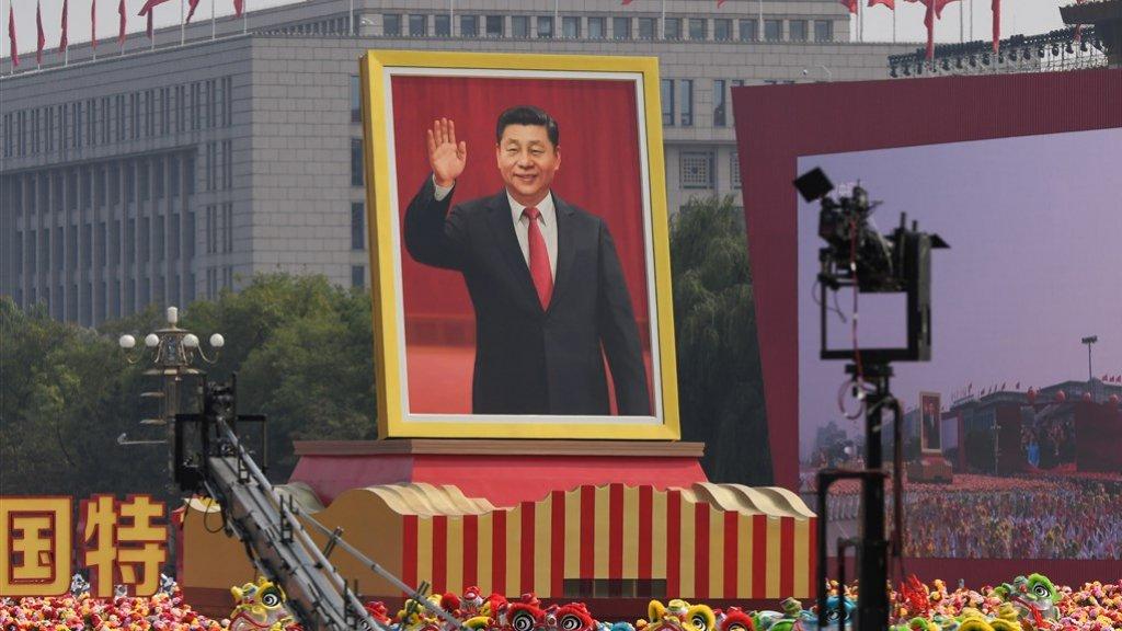 Een enorm portret van president Xi tijdens de militaire parade.
