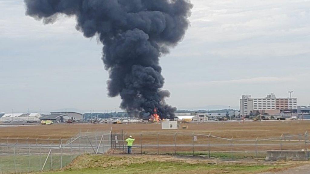 Rookpluimen boven het neergestorte vliegtuig.