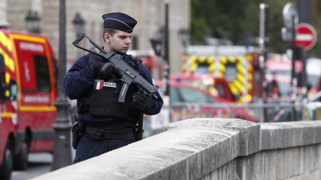 Politieagent bewaakt een brug in Parijs.