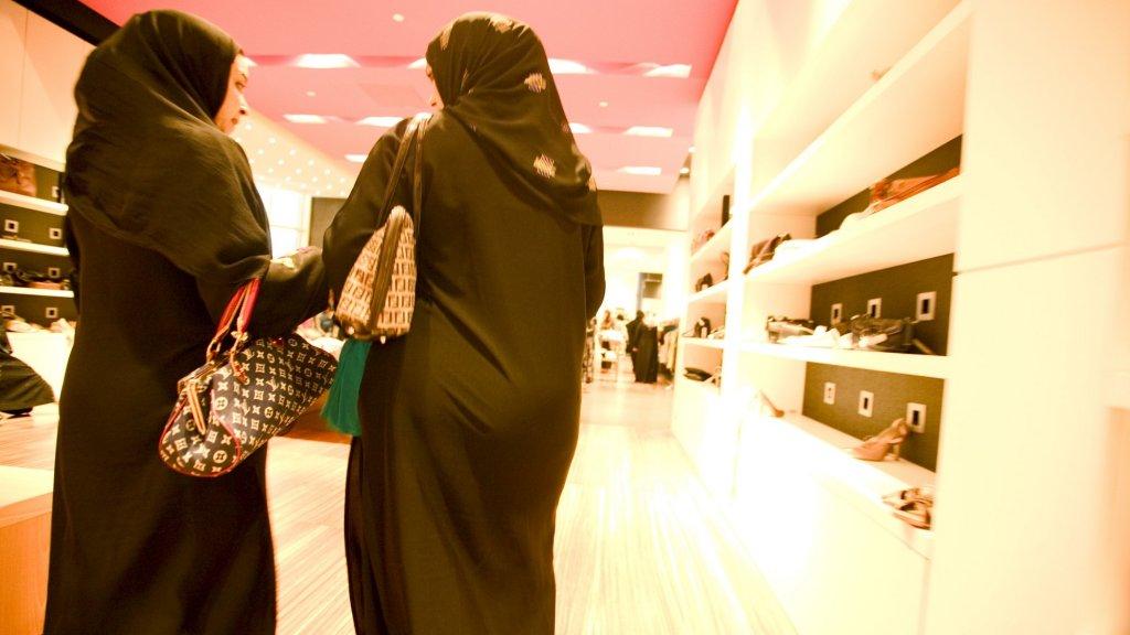 Saoedische vrouwen in de verplichte abaya.