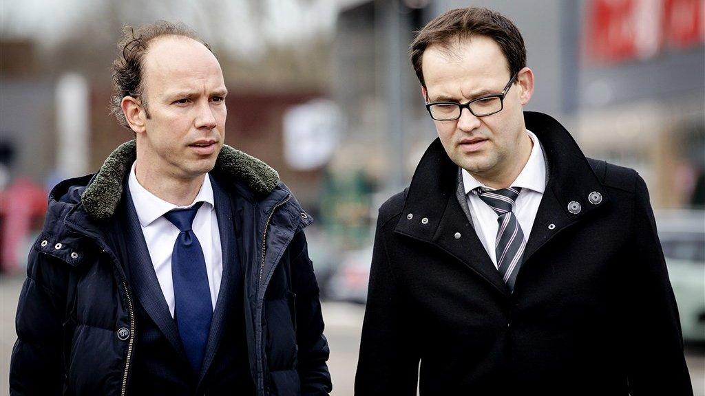 Advocaten Sander Janssen (L) en Robert Malewicz komen aan bij de rechtbank.