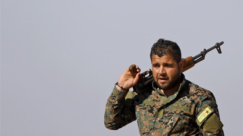 Een Syrisch-Koerdische strijder.