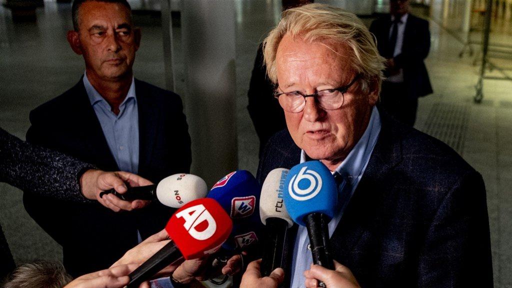 Commissaris van de Koning in Zuid-Holland Jaap Smit geeft een toelichting na een spoedoverleg. Wethouder Boudewijn Revis (links) neemt voorlopig de taken over van Krikke.
