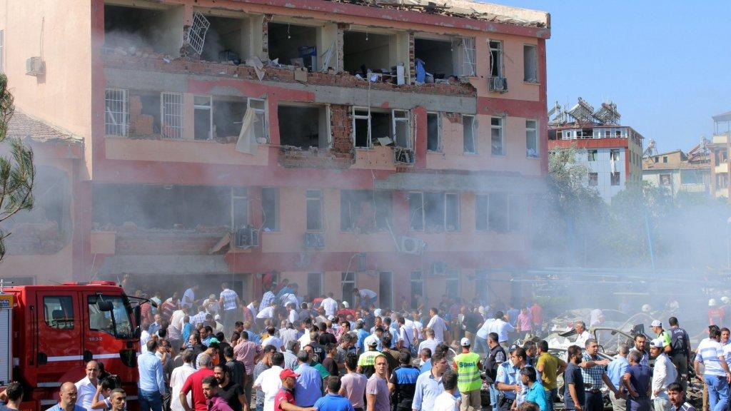 Drie doden bij aanslag in Turkije in 2016. Volgens de regering is de Koerdische PKK verantwoordelijk.