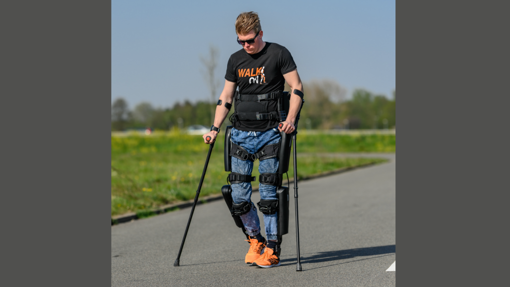 Dennie Jager (24) met zijn exoskelet.
