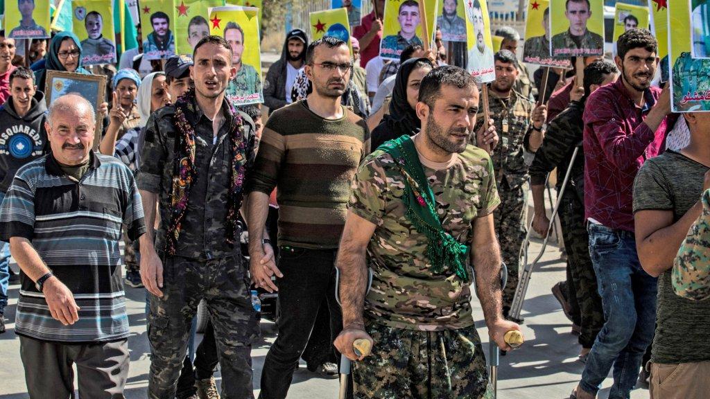 Koerdische strijders en veteranen demonstreren in Syrië tegen de dreigende invasie van Turkije.