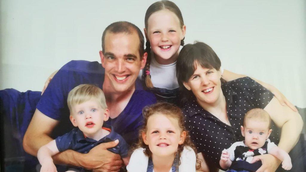 Arno, Jeanine en hun kinderen. De twee oudere zussen dragen wel het gen, maar hebben de ziekte niet.