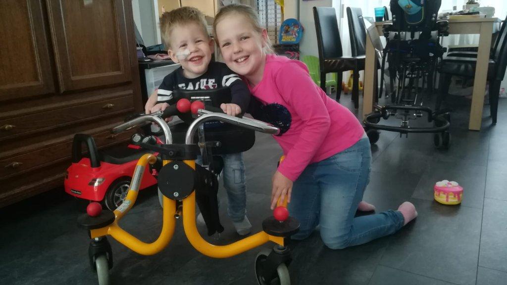 Jason en zijn oudere zus Desney