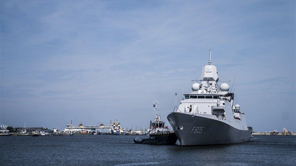 Het luchtverdedigings- en commandofregat Zr. Ms. Evertsen in de haven van Den Helder.