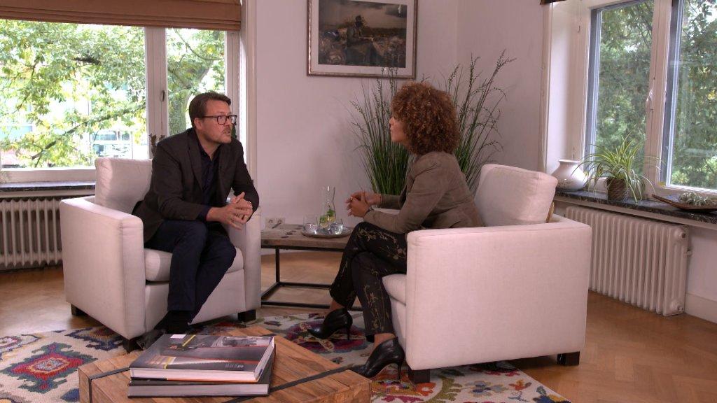 Diana Matroos interviewt prins Constantijn onder andere in zijn werkkamer.