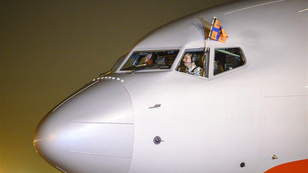 De koning in de cockpit van het regeringstoestel bij aankomst in New Delhi.