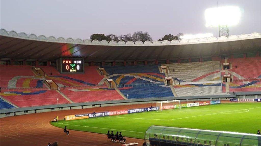 De wedstrijd eindigde in 0-0, de tribunes bleven de hele wedstrijd leeg.