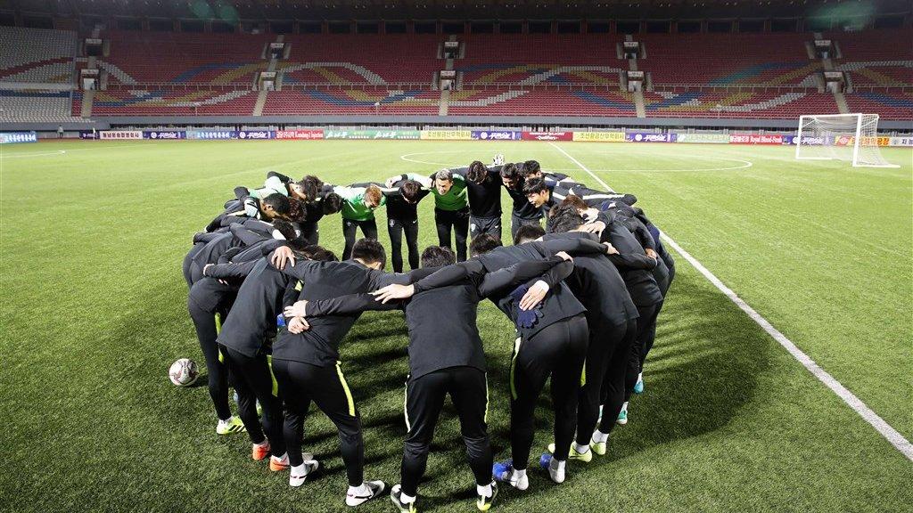 Het Zuid-Koreaanse elftal steekt de koppen bij elkaar voor de wedstrijd tegen Noord-Korea