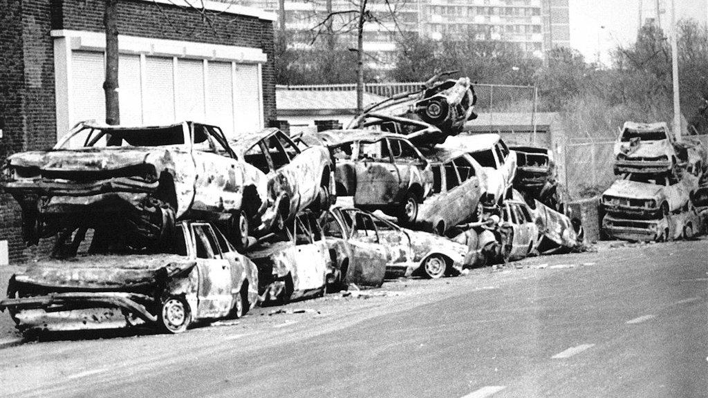 Uitgebrande autowrakken na de jaarwisseling van 1989 in Den Haag