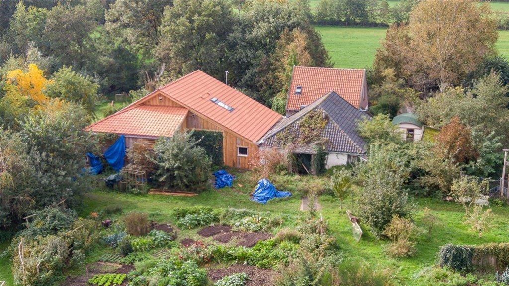 De boerderij in Ruinerwold waar van D. en zijn kinderen woonden.