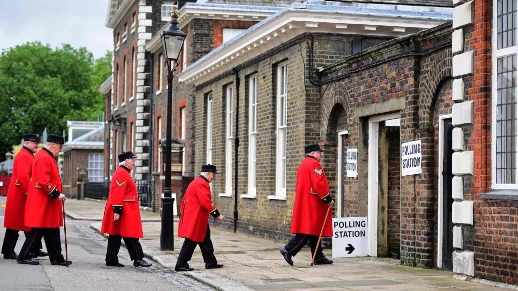 23 juni 2016. Gepensioneerden in Londen gaan naar het stembureau. Peilingen vooraf wijzen op 'remain', maar de Britten verrassen de buitenwereld: 52% stemt voor een vertrek uit de EU. Het 'leave'-kamp wint met ruim een miljoen stemmen verschil.