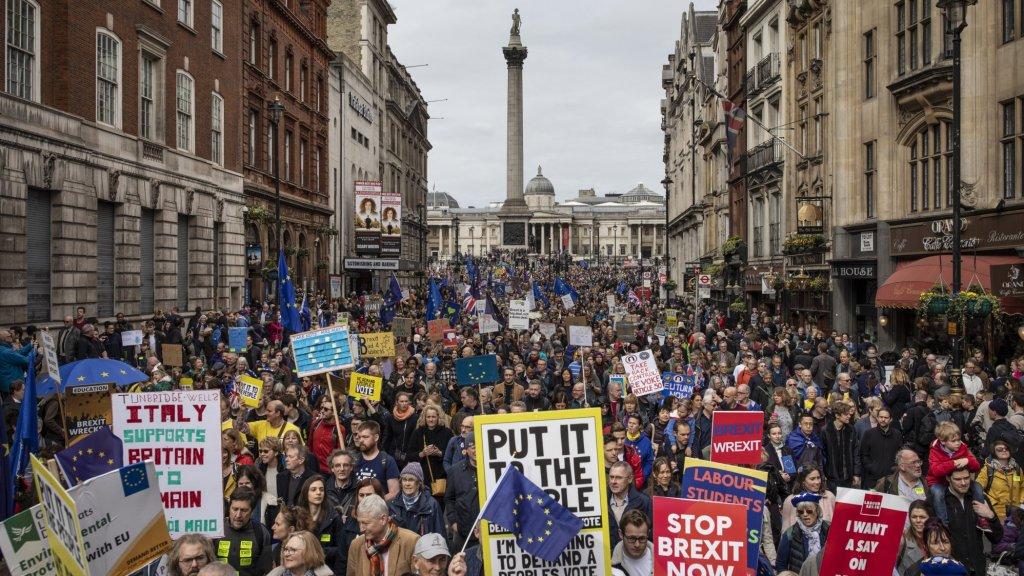 23 maart 2019. Duizenden demonstranten zijn op de been in Londen. Ze eisen een nieuw referendum over een eventuele brexit-deal. Het land is verdeeld. Want 'leave'-stemmers eisen juist dat het parlement het referendum respecteert en de brexit uitvoert.