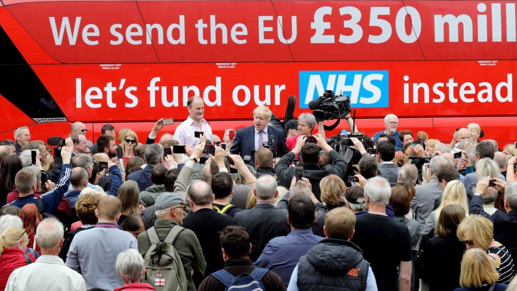 27 juni 2016. 'Het was slechts een aspiratie', zegt een brexit-kopstuk over deze bus van de 'leave'-campagne, waarop de Britten 350 miljoen pond per week in het vooruitzicht werd gesteld bij een brexit. De ontboezeming komt vier dagen na het referendum.