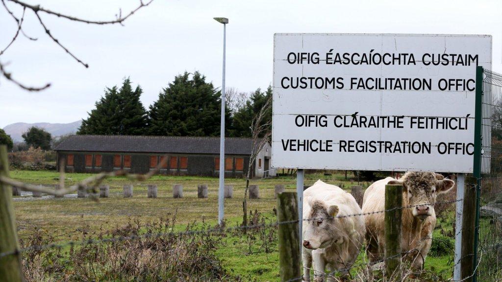 De Ierse grens blijkt hét hoofdpijndossier. De Britten willen uit de EU, wat een 'harde' grens zou opleveren. Maar de Britten willen ook geen spanningen in Ierland en zijn dus ook tegen een 'harde' grens. Beide wensen gaan bijna niet samen.