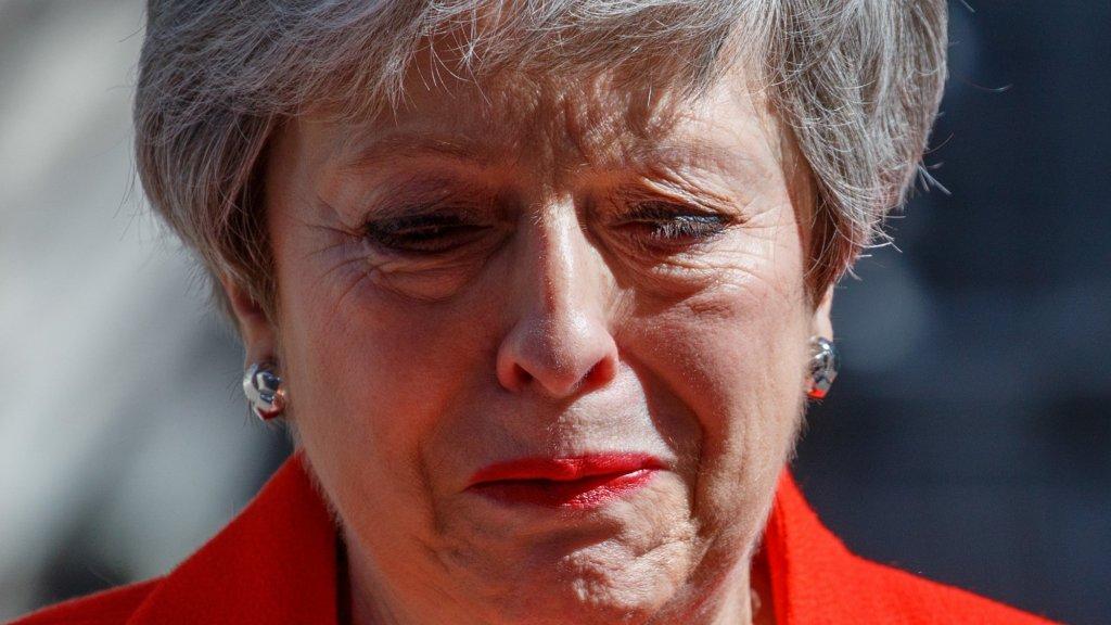 24 mei 2019. Theresa May maakt haar aftreden bekend. Ze had David Cameron opgevolgd als premier om van de brexit 'een succes te maken'. May komt er wel uit met Brussel, maar krijgt voor haar brexit-deal onvoldoende steun in eigen land.