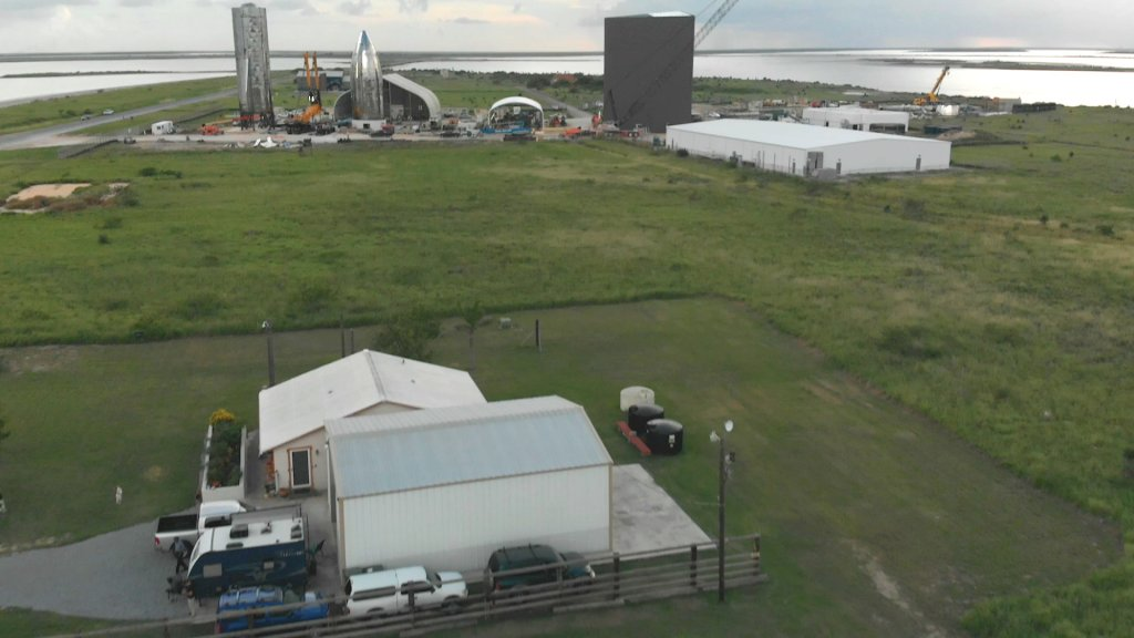 Het huis van Ray en Maria Pointer, met op de achtergrond de bouwplaats van SpaceX.