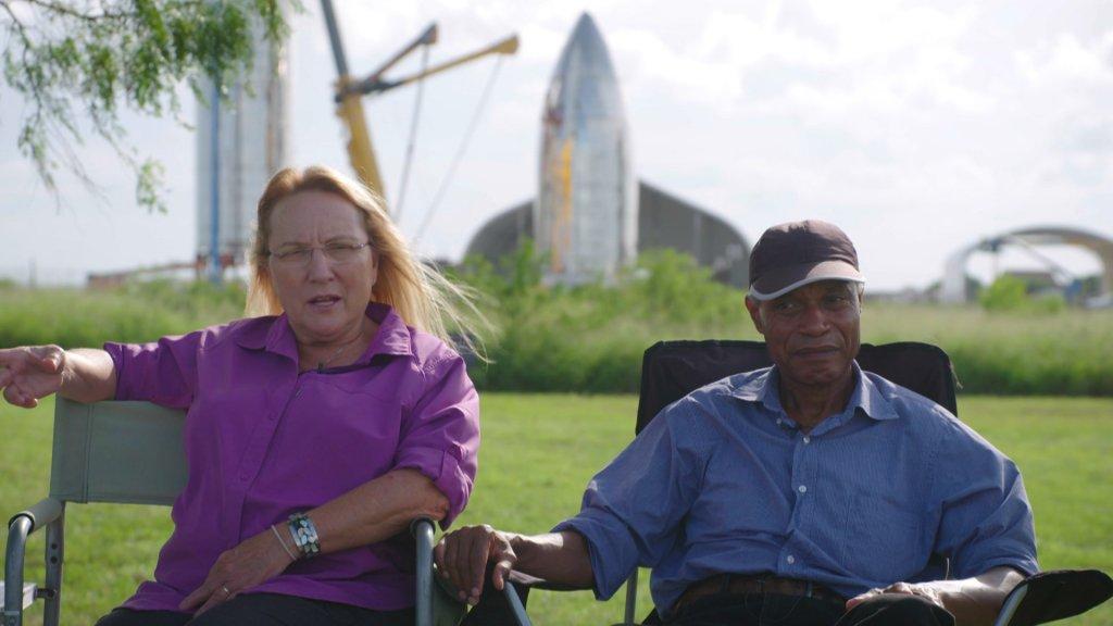 Maria en Ray Pointer in hun tuin.
