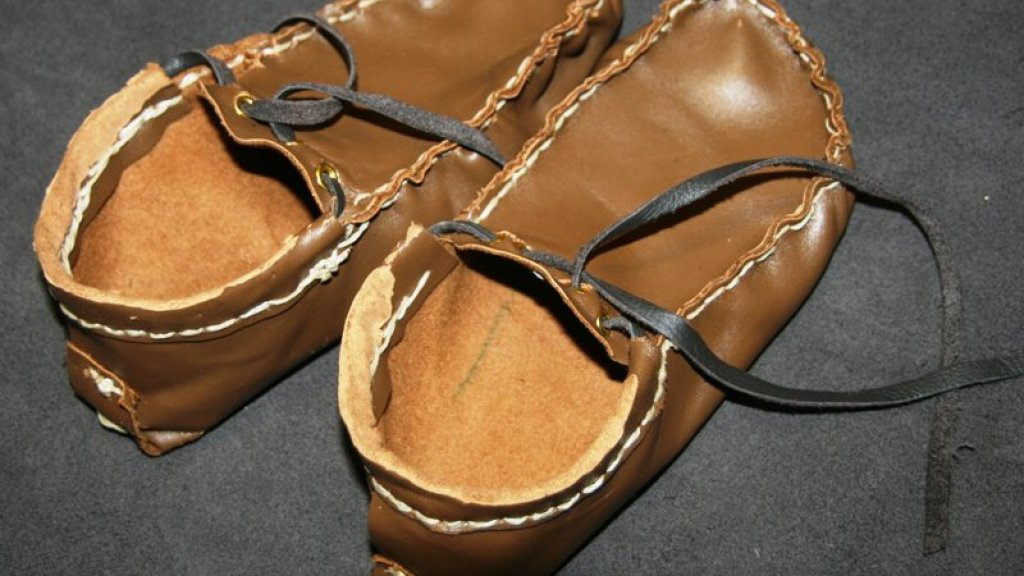 De eigengemaakte schoenen.